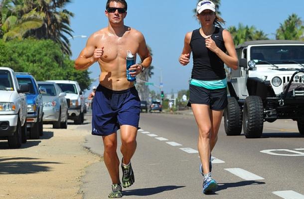 ריצה בחום. צילום: CC BY Chris Hunkeler